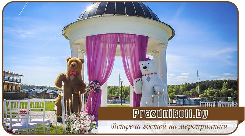 Шоу трехметровых медведей. Встреча гостей на мероприятии