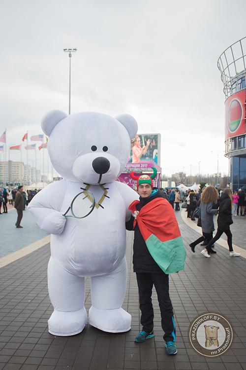 Медведь Тедди аниматор с представителем группы поддержки от Беларуси.