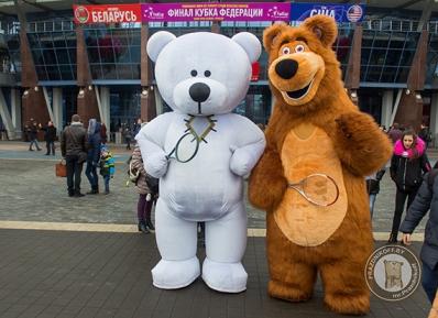 Мишка Тедди и Машин медведь - аниматоры тоже играют в тенис.