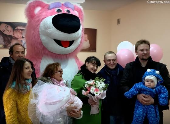 Большой розовый медведь - встреча из роддома в Минске.